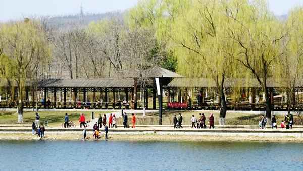 清明假期 抚顺市民走进公园踏青赏花 乐享春光(组图)