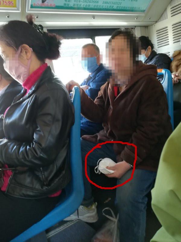 什么操作?一女子上了公交车就摘口罩