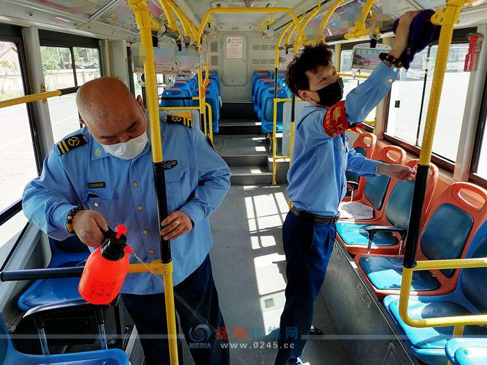 不松懈!继续做好公交车厢消杀 保证乘客安全
