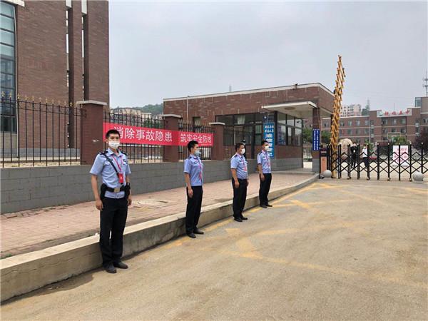 考场外,守护考生的这些穿制服的人呀,真是帅成了风景线