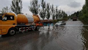 新抚区青年路西段积水 排水部门及时处理