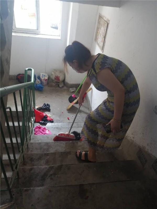 独居女子乱扔垃圾却不想是因为这个……