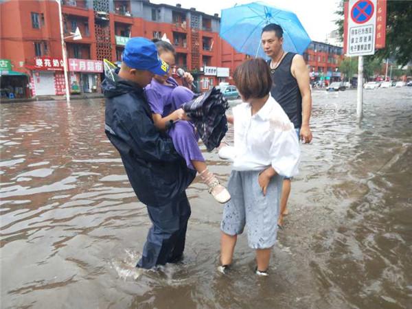 雨中的平安守护者,看见他们很安心