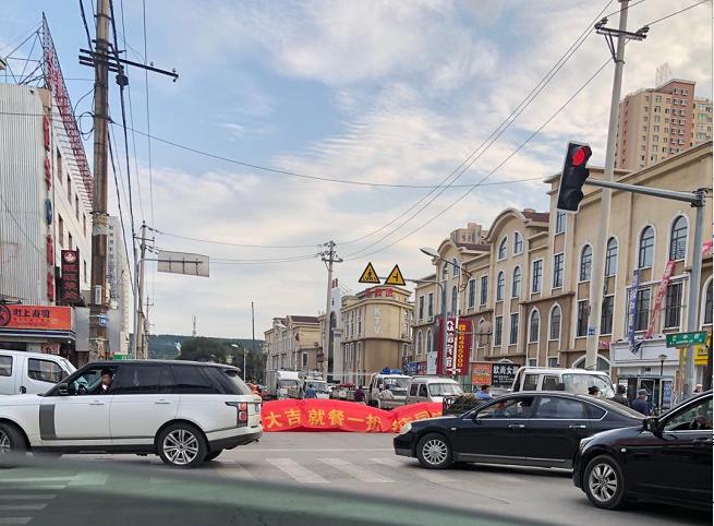 饭店开业彩虹门漏气倒地 挡路堵车超过一个小时