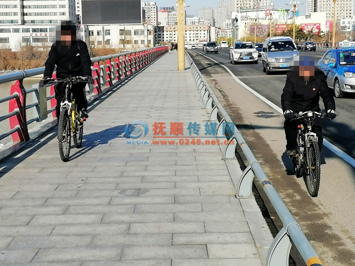 大桥人行道上骑车 路人纷纷让路