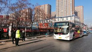 东洲交警整治挤占公交站点违法停车等客 先以警告为主