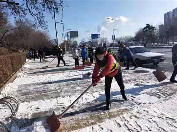我市环卫部门积极应对降雪