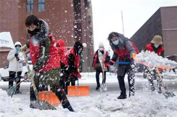 游泳协会志愿者服务队参与除雪工作