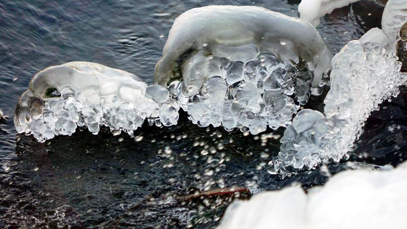摄影记者实拍浑河冰水交融美景 晶莹剔透画面惊艳(组图)