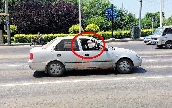 男子边打电话边开车 置安全于不顾