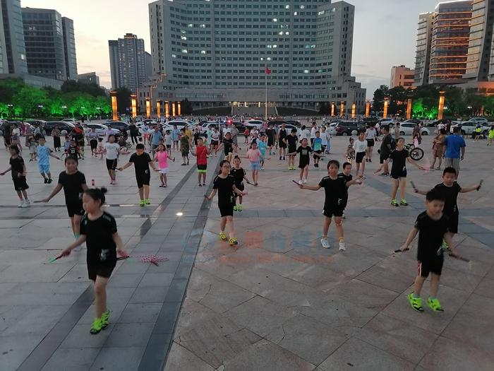 抚顺人民广场夏夜好时光:天热市民文体活动更热