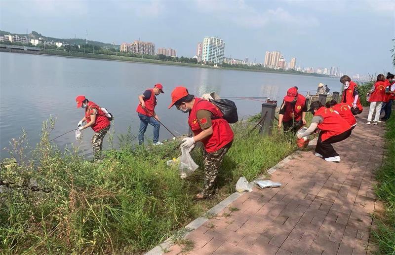 """20余名志愿者""""拉网式""""清理河滩超4千米"""