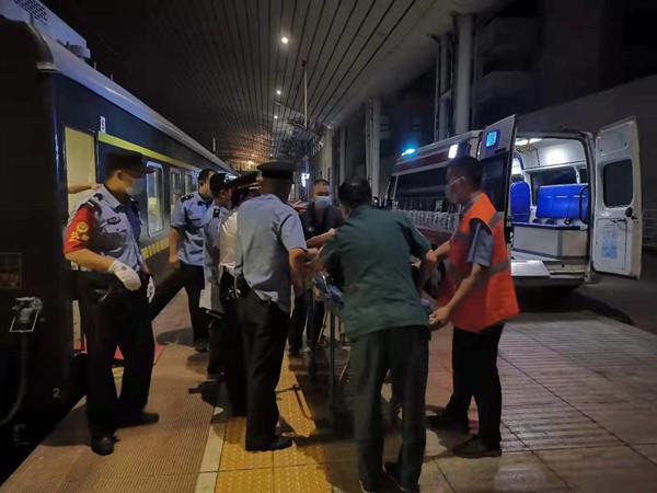 旅客晕倒 抚顺北站工作人员及时处置将其送医