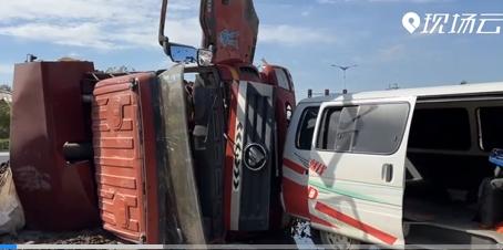 两翻斗车相撞 一辆已经漏油……
